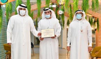 تعاونية الاتحاد تكرم موظف في إقامة دبي